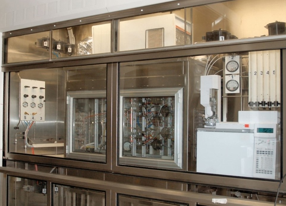 Climatic chamber for dynamic adsorption and permeation of hazardous vapors on Protective clothing and polymeric material.